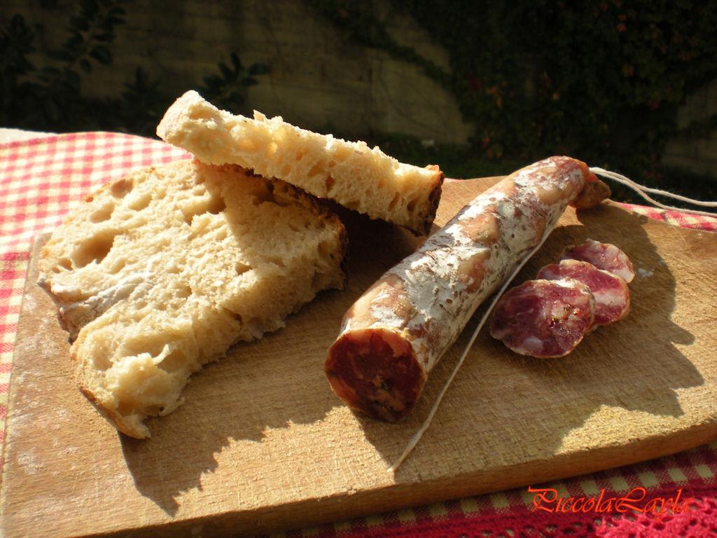 Pane senza impasto e salame di suino nero dei Nebrodi