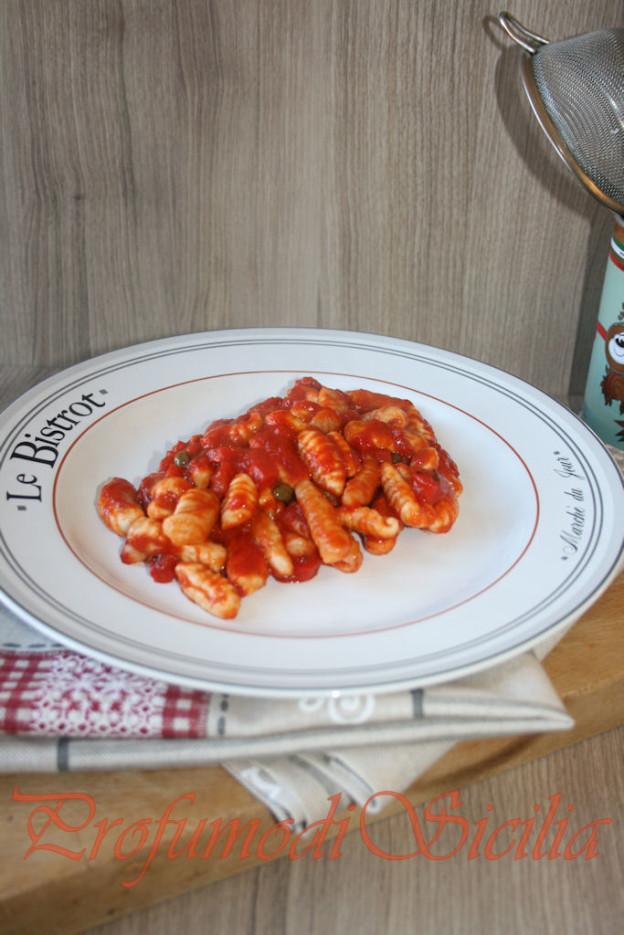 Gnocchi di Farina con Peperoni Grigliati e Capperi