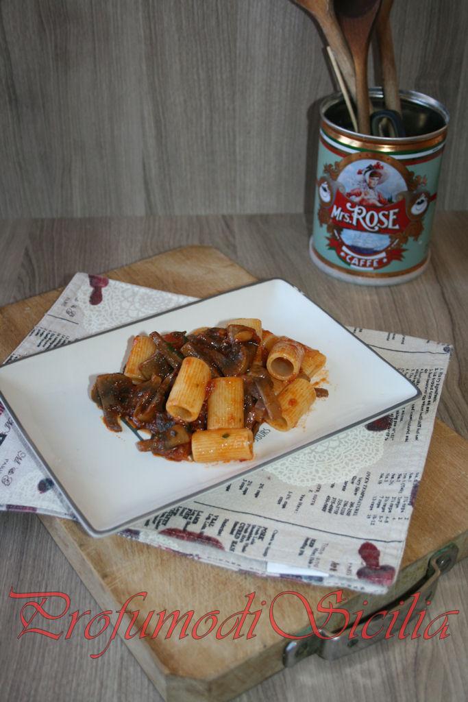Mezze maniche con Sugo Rosso ai Funghi e Pancetta