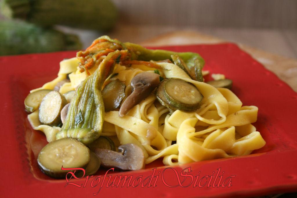 Tagliatelle all'Uovo con Zucchine e Funghi
