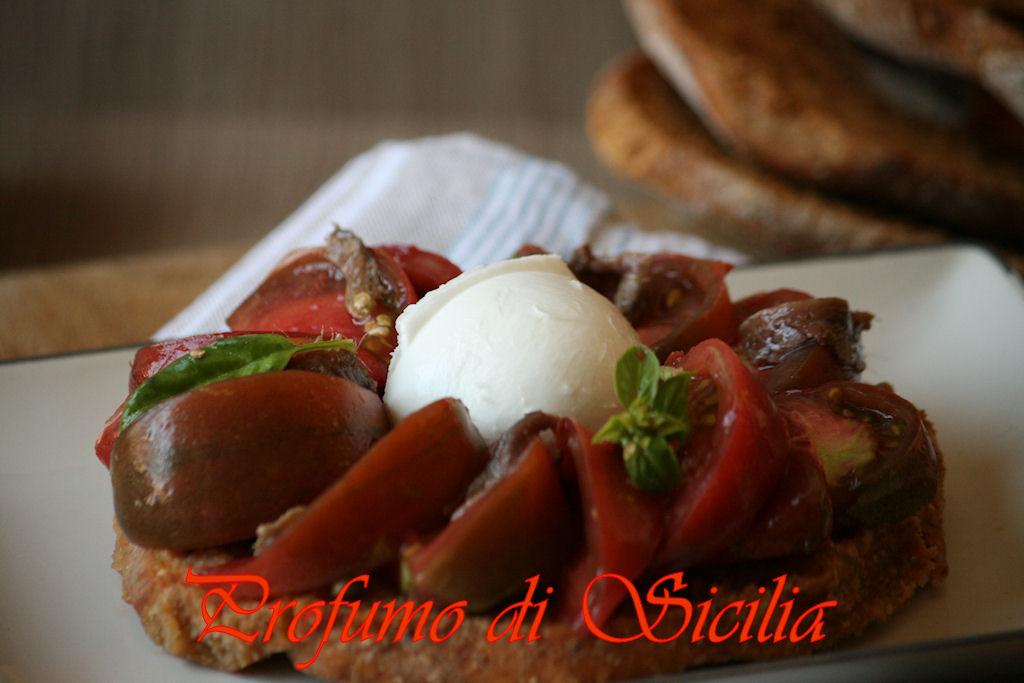 Friselle con Pomodori Neri e Mozzarella di Bufala e un viaggio nella nostra Italia