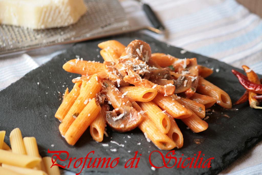 Pasta con Funghi Champignon e Panna Acida