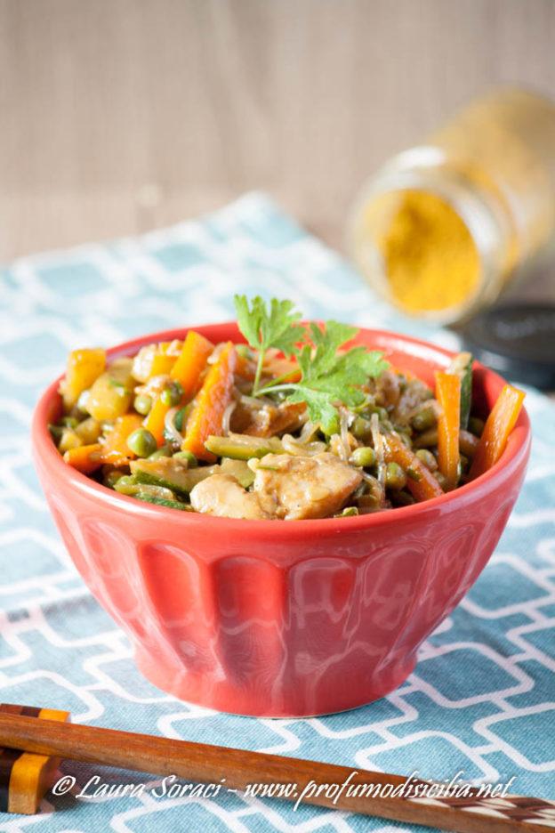 Noodles di riso con pollo e verdure un piatto buonissimo e velocissimo