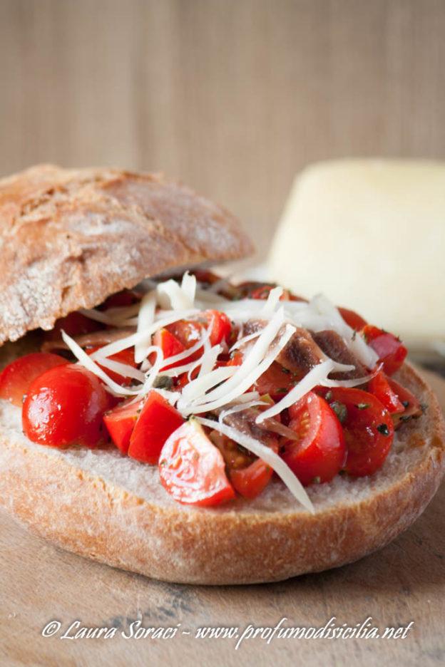 Pane Cunzato all'eoliana una ricetta Siciliana