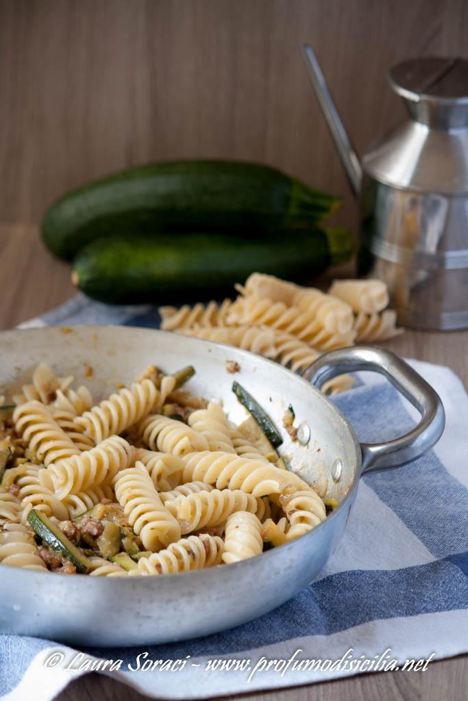 Eliche con Pasta di Salame e Zucchine, un piatto di pasta dal sapore intenso