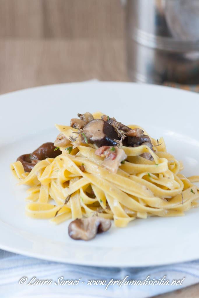 tagliatelle con funghi e speck un piatto gustoso per la stagione invernale