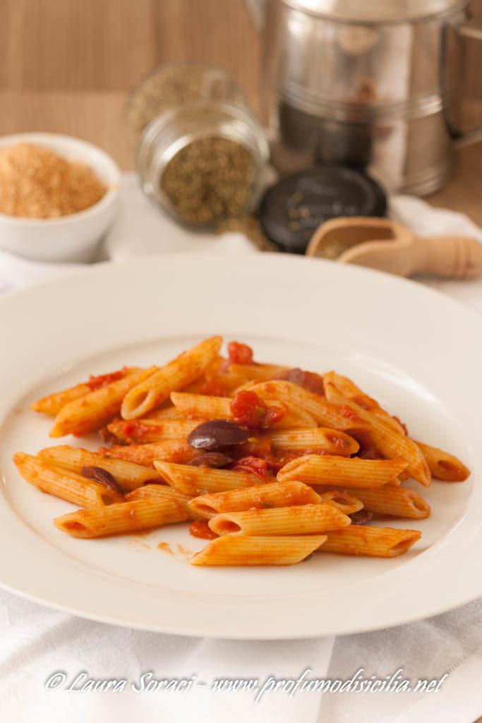 Pasta con Alici e Olive Nere per un pranzo veloce
