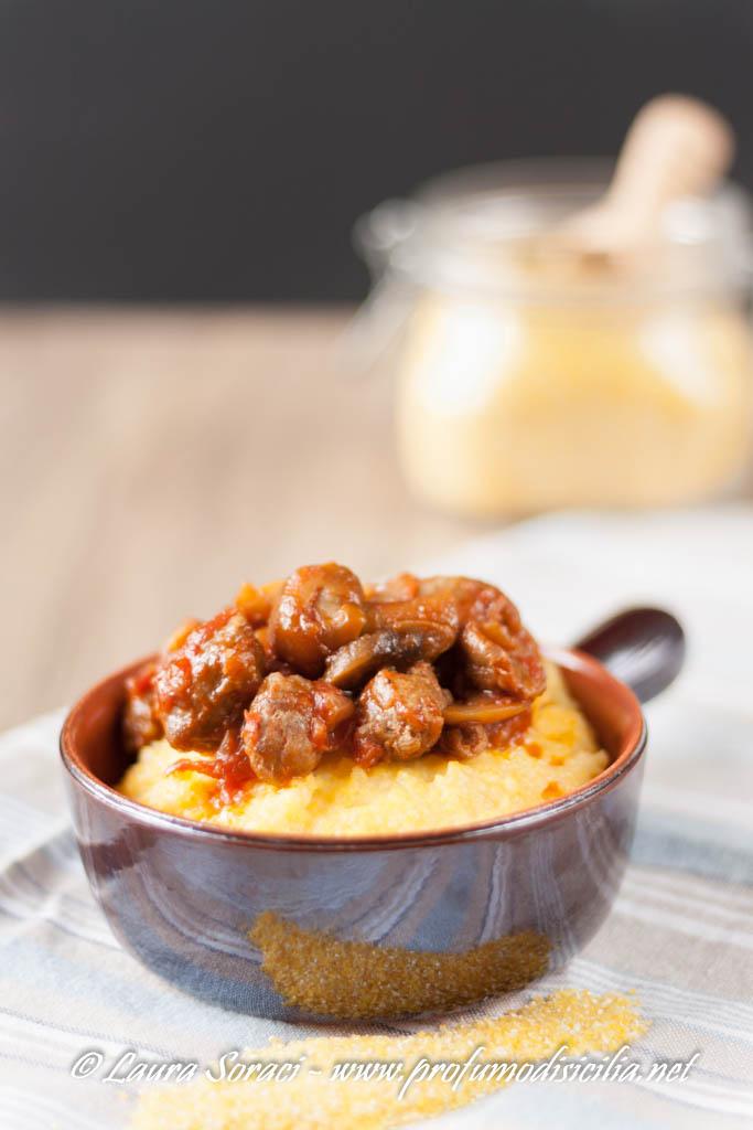 La polenta con funghi porcini e salsiccia un piatto che coccola in inverno