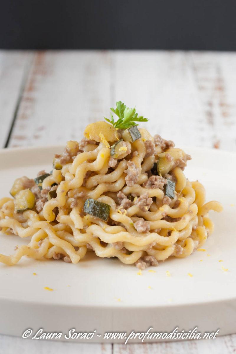 Un piatto di pasta per tutta la famiglia con macinato, zucchine e limone