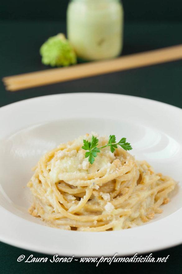 Preparate il vostro pesto di broccolo romanesco e spolverate i vostri spaghetti con le briciole di pane fritte