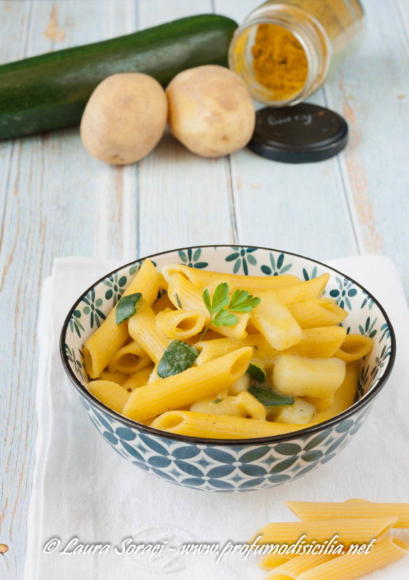 un delizioso piatto di pasta patate zucchine e curry risottata un piatto leggero vegano