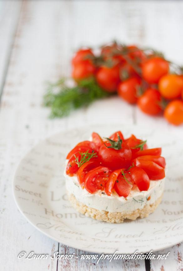 volete stupire con una cheesecake salata con feta greca e pomodori