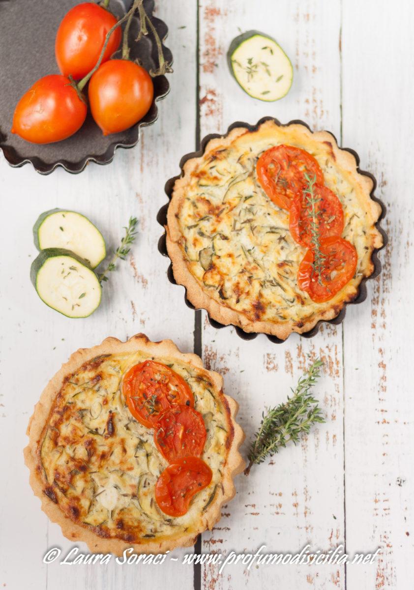 una quiche con zucchine e pomodori per un aperitivo o per la scampagnata domenicale