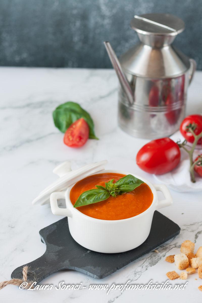 E' ora di servire in tavola la zuppa di pomodori