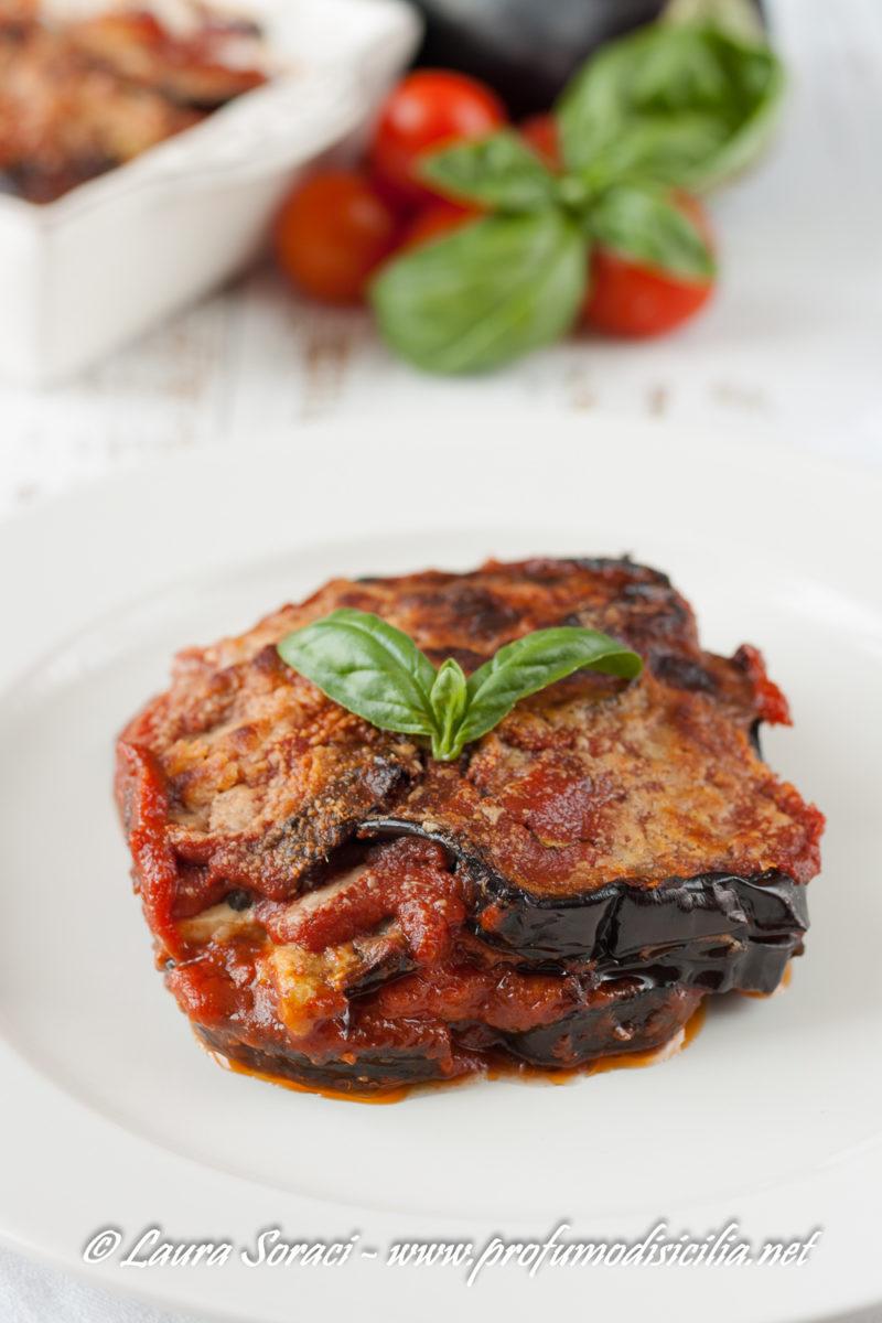 Un piatto che non ha bisogno di presentazioni la parmigiana di melanzane si arricchisce con deliziose fette di pesce spada